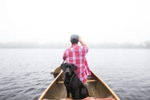 hombre en barca con perro 1